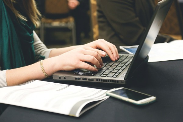 startup-femme-ordinateur-telephone