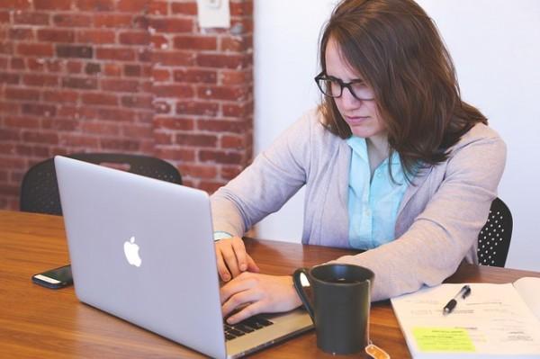 femme-cherche-sur-ordinateur